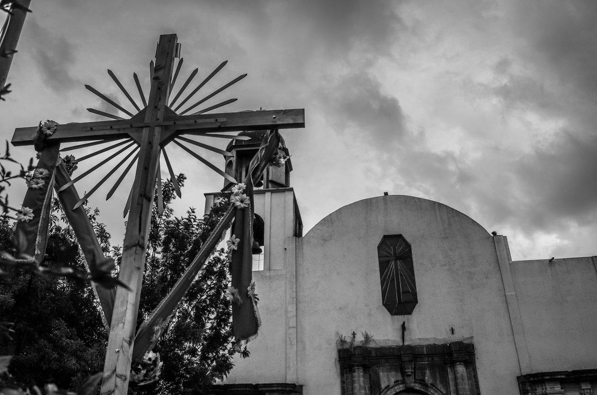 """Una Capilla en Coyoacán, su nombre """"Capilla de San Francisco"""" #Mexico #capilla #Iglesia #Church #streetphotography #StreetsOfDreams #urbano #FOTOS #FotoDelDia #photography  #Coyoacán #blancoynegro #blackandwhitephotography"""