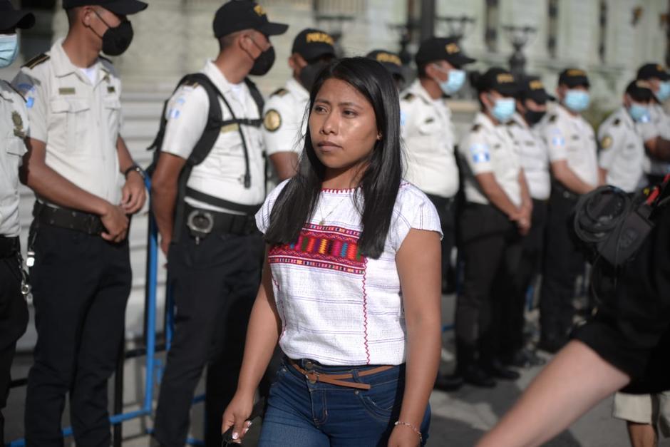📹  VIDEO | Yalitza Aparicio filma escenas frente al Palacio Nacional  Soy502 captó el momento en que la actriz mexicana y su equipo de filmación graban frente a un grupo de agentes de la PNC que resguardan el Palacio.  Mira aquí el video: