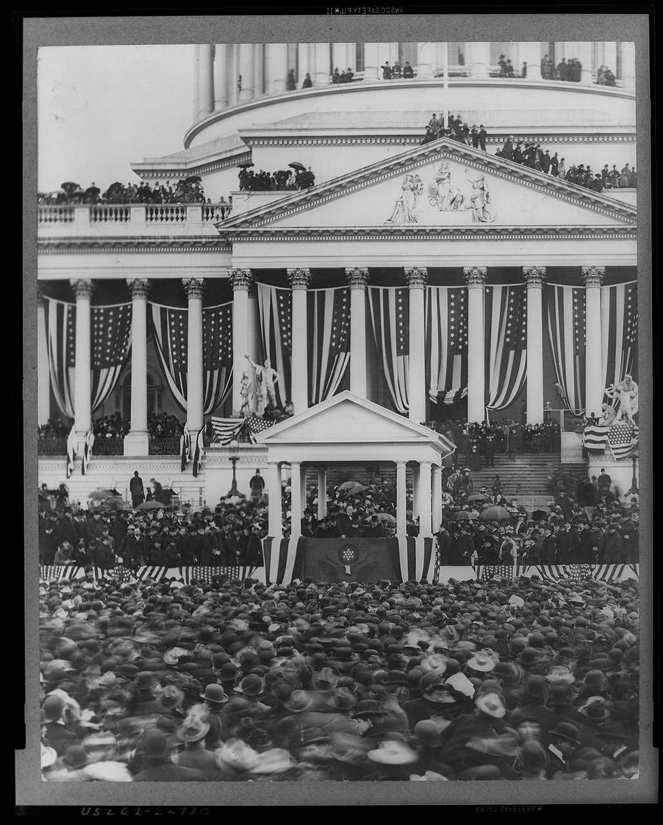 At McKinley's second inauguration, people were just... chilling on the roof of the Capitol!!  (March 4, 1901) https://t.co/gpDql19NVw