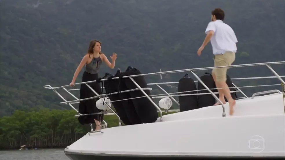 Ih, deu ruim!   Camila se apavora e pula no mar para fugir de Giovanni →  #HajaCoração