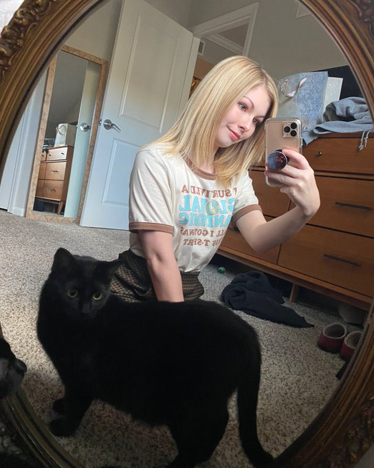 2 pic. Just a girl and her cat https://t.co/QkVeNt2ogL