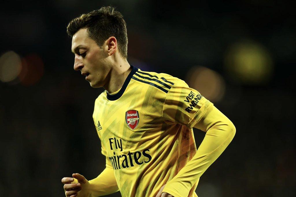Fenerbahçe pousse pour boucler l'arrivée de Mesut Özil, mais l'Allemand n'a pas encore trouvé d'accord avec Arsenal pour terminer son contrat.  (@FabrizioRomano)