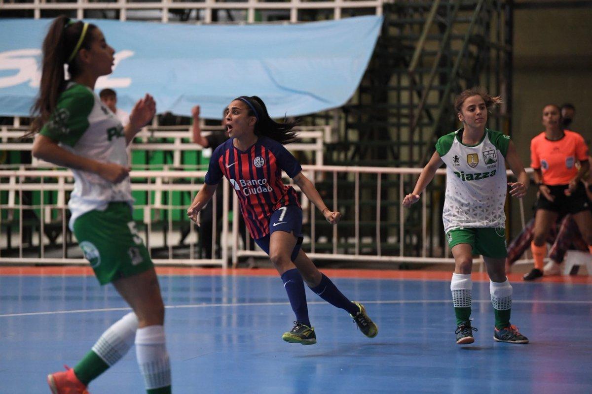 ⏱ Final del primer tiempo  ⚽ Con gol de Florencia Coronel, a los 6 segundos de partido, #SanLorenzo derrota 1-0 a @FerroOficial  #VamosCiclón 🔵💪🔴