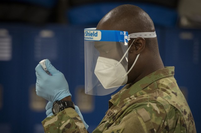 Fit to Fight! 💪 #USArmy Staff Sgt. Donnell Niles draws the Moderna #COVID19 vaccine from a vial into a syringe at Bradley Air National Guard Base, Conn., Jan. 2, 2021. #PicOfTheDay | #OperationWarpSpeed 📸 by Staff Sgt. Steven Tucker
