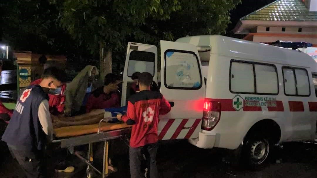Our hearts are with all the families affected by a major #earthquake that has struck #Sulawesi in #Indonesia overnight. ❤️  Indonesian #RedCross volunteers are providing first aid and other relief to people who have evacuated and those who have lost their homes.