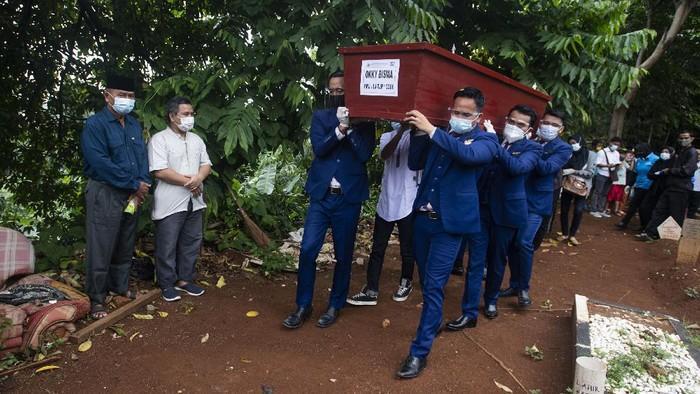 #Terpopuler #Foto Jenazah pertama korban Sriwijaya Air SJ 182 yang berhasil diidentifikasi tim DVI RS Polres, Okky Bisma, dimakamkan. Suasana haru menyelimuti pemakaman tersebut. Berikut momennya:  Selengkapnya di  Foto: AP Photo & ANTARA FOTO
