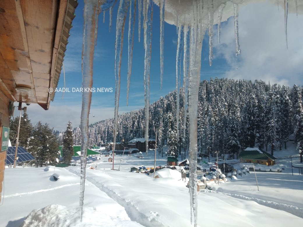 Watch @KNSKashmir Gulmarg Cold Wave Continues In North Kashmir of Sub Division #Gulmarg, #Tangmarg and adjoining areas. Icicles Hanging On The Roof Of Hotel In Famous Ski Resort #Gulmarg Kashmir  Photo//#KNS