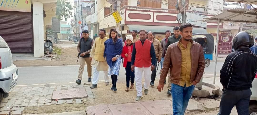 साथ ही कृष्णा नगर (गोरा बाजार) मोहल्ले में नुक्कड़ सभा कर मोहल्लेवासियों की जनसमस्याओं को सुना व उनके शीघ्र निस्तारण का भरोसा दिलाया।। (2/2) #Raebareli