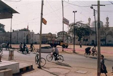 A beautiful & rare street scene of Hyderabad in 1980's😍💖📸  Can you guess the name of this place ?   Hints :: It is very famous place in Old city