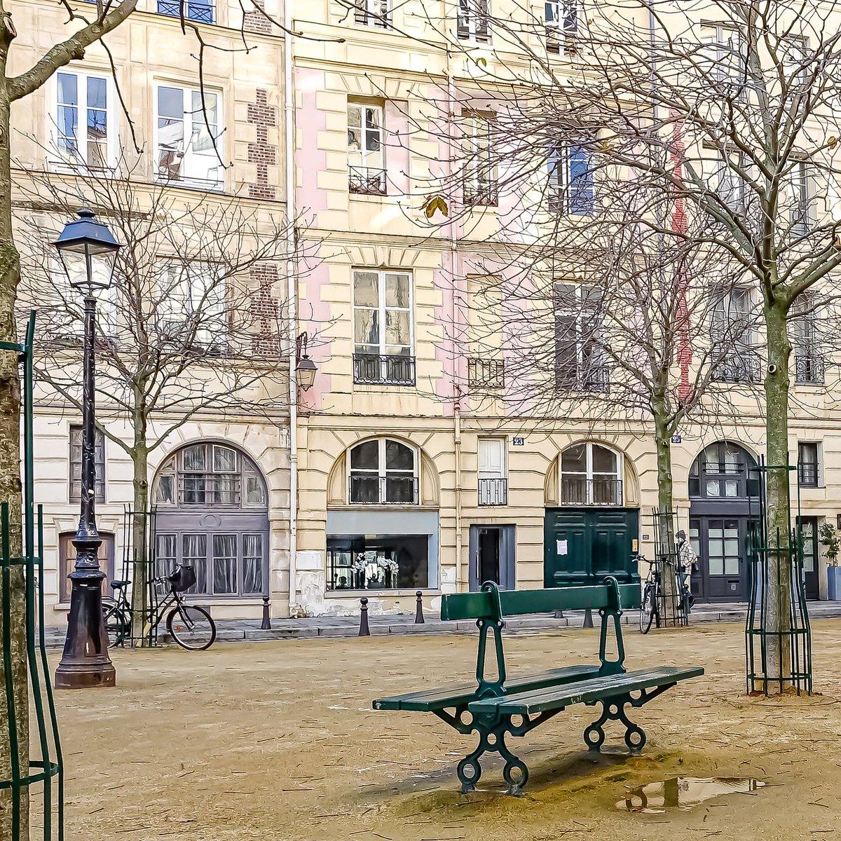 Place Dauphine, tout en pastel, frimas hivernaux au cœur de l'île de la Cité - Paris 1  #parisladouce #paris #pariscartepostale #parisjetaime #cityguide #pariscityguide #paris1 #streetsofparis #thisisparis #parismaville #placedauphine #iledelacite