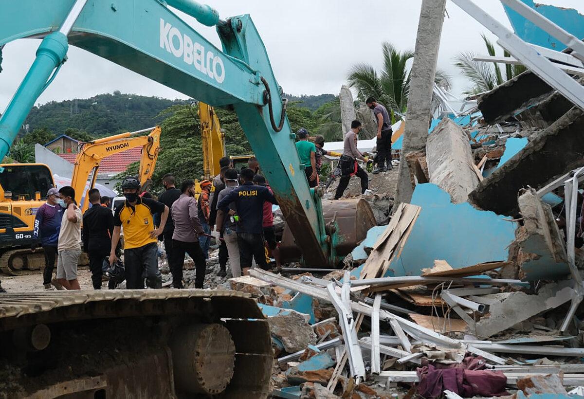 Silné zemetrasenie v Indonézii zrovnalo so zemou nemocnicu aj dva hotely https://t.co/Q2WOhfWPLm https://t.co/4gXJs2fl2B
