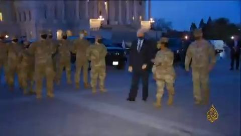 نائب الرئيس الأمريكي مايك بنس يتفقد عناصر الحرس الوطني المنتشرين في محيط مبنى الكونغرس  #الجزيرة_أمريكا20
