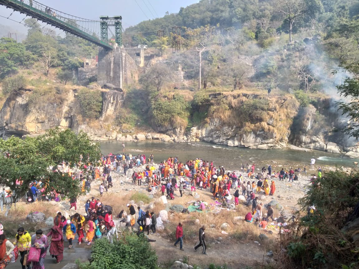 On the occasion of #makarsankranti and #uttarayan Team Sparsh Ganga organised a cleanliness drive at Chitrashila Ghat.  #makarsakranti #uttarayan #cleanlinessdrive