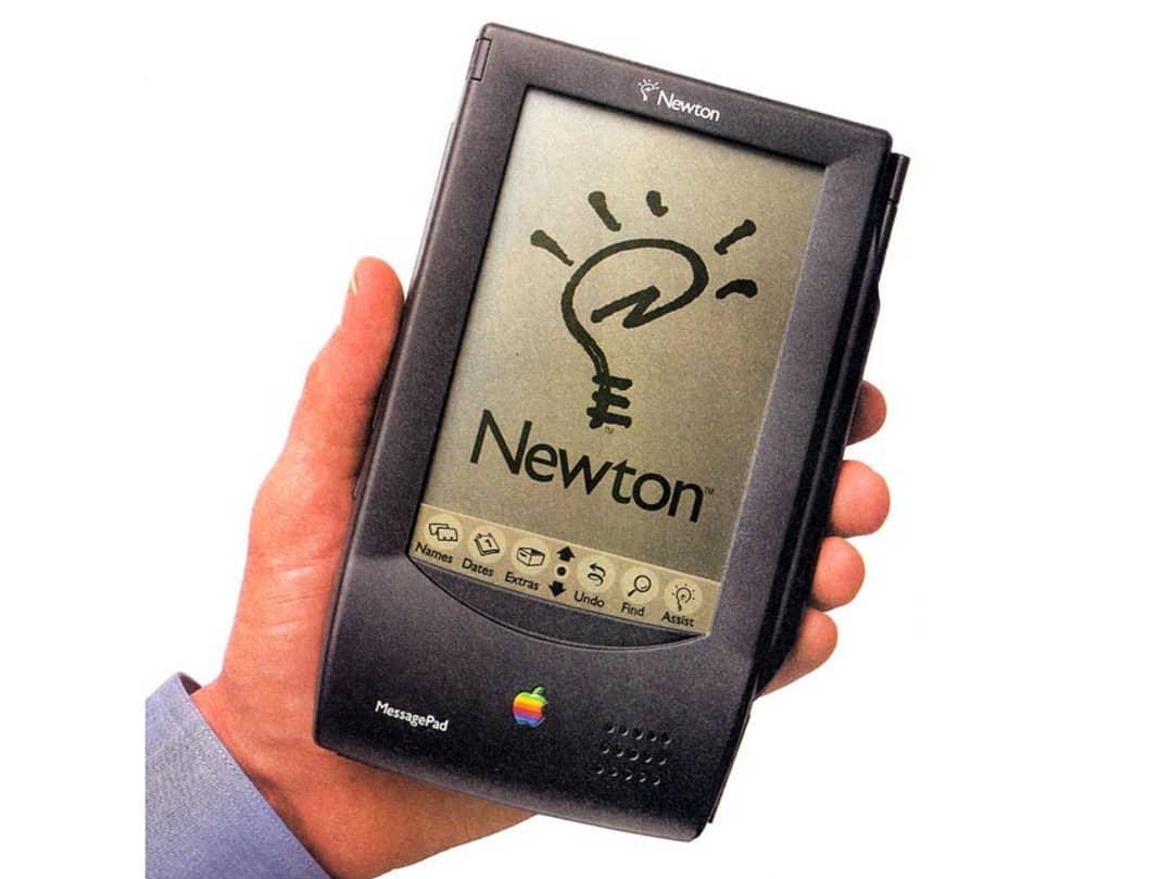 👋 ¡Buenos días! Vamos con un hilo sobre lo que fue el primer Personal Digital Assistant o PDA de la historia, el #AppleNewton:  1/4  #FelizViernes #IA #InteligenciaArtificial #Apple #Innovación