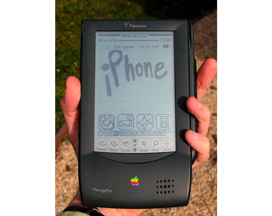 🔙 El 7 de enero del 92 John Sculley realizó la primera mención formal del término Personal Digital Assistant o PDA, con motivo de la presentación del innovador aparato Apple Newton.  2/4  #FelizViernes #IA #InteligenciaArtificial #Apple #Innovación