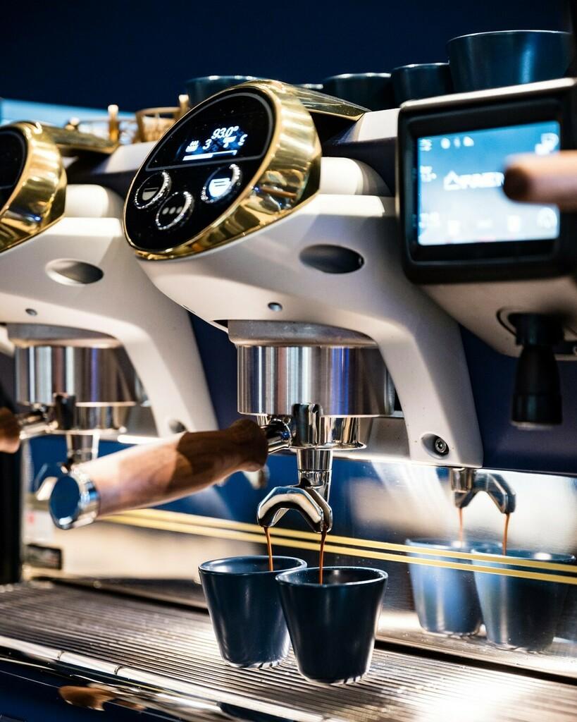 A sensory journey around the coffee culture. @1895bylavazza 💙 ● ● ● #faema #faemagram #faemaE71E #E71E #1895byLavazza #Lavazza #LavazzaCoffee #expressyourart #specialtycoffee #baristagram #baristalife #baristastyle #espressomachine #coffeegram #coffe…