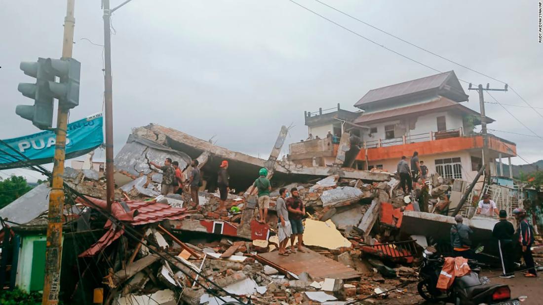 Не менее 26 человек погибли в результате землетрясения, произошедшего на острове Сулавеси в Индонезии. Полностью разрушена больница, повреждены другие здания. Толчки вызвали оползень. «Многие погибшие погребены под завалами» https://t.co/F2WMdzxEW2 https://t.co/z8FNF1AsoA