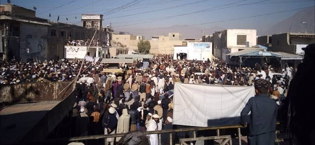 Thousands of people gathered & recorded a protest in #Wana south Waziristan & demand from state that how can state institutions illegaly arrests an eleced MNA @Aliwazirna50 to which we have voted?  وزیرستان کے ووٹ کو بھی عزت دو #ReleaseAliWazir  @ManzoorPashteen https://t.co/V6aZkdIAbI