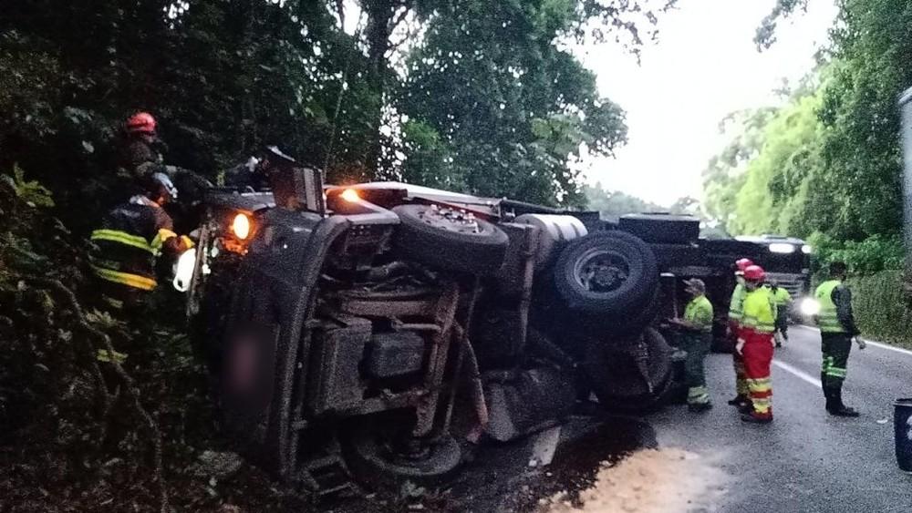 Motorista morre após tombamento de carreta na via Anchieta, em Cubatão 🚨  #G1