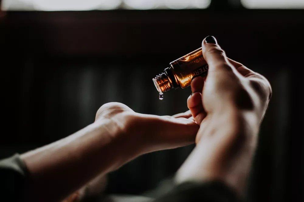 Você já ouviu falar nos óleos essenciais? ✨  Vem comigo descobrir o poder desses aromas, que podem ajudar no tratamento da perda de olfato ➡  • #HoróscopoEtc