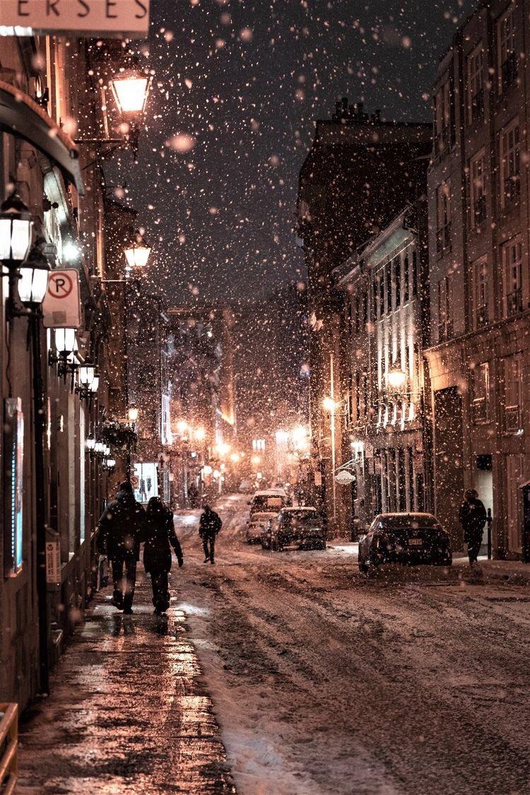 Lapa lapa kar yağan sokaklarda yürümek
