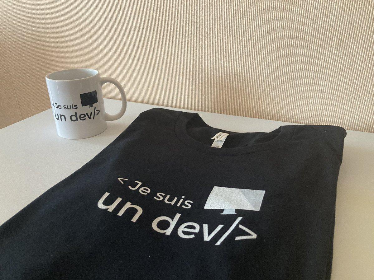 La commande @jesuisundev est arrivée à destination !  T-shirt et mug 👍🏻  <Je suis un dev/> : pas tout à fait mais j'y travaille 😉  #iosdev #code #EveryOneCanCode #SwiftLang