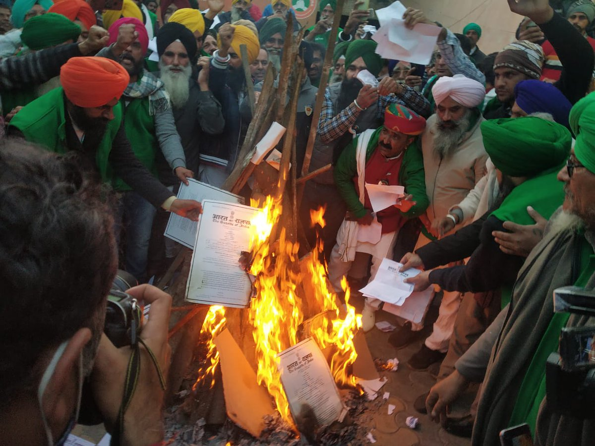 #Lohri2021 Protesting farmers at Gazipur & Singhu border and Congress MP from Amritsar Gurjeet Singh Aujla tears and burns the copies of the 3 farm laws at Jantarmantar in Delhi on Lohri