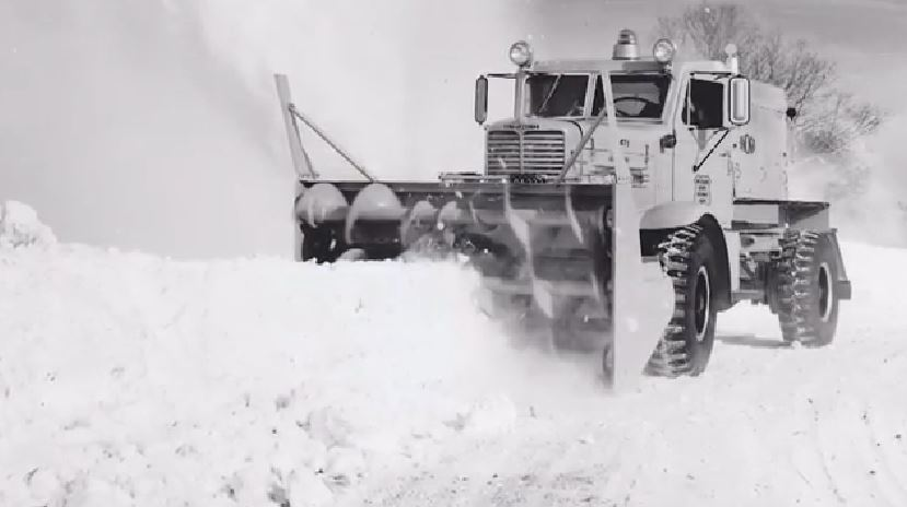 During the Cold War, Oshkosh received its first major defense contract to produce 1,000 WT-2206 snow removal vehicles for the @USAirForce. #FlashbackFriday https://t.co/AtfgyLeGun