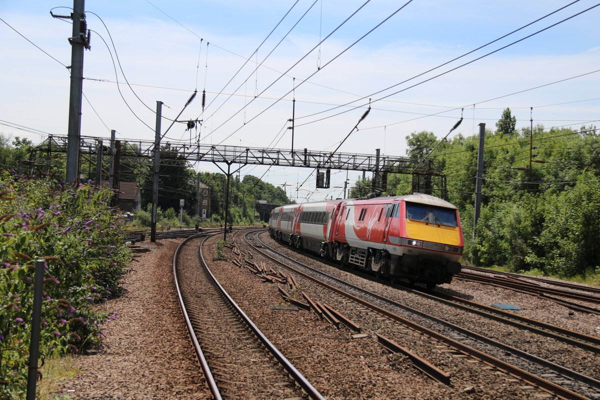 @LNER As you put 91s to 'sleep', I thought I share this picture from a few years back of a 91 racing past Harringay station in North East London... #FridayFeeling