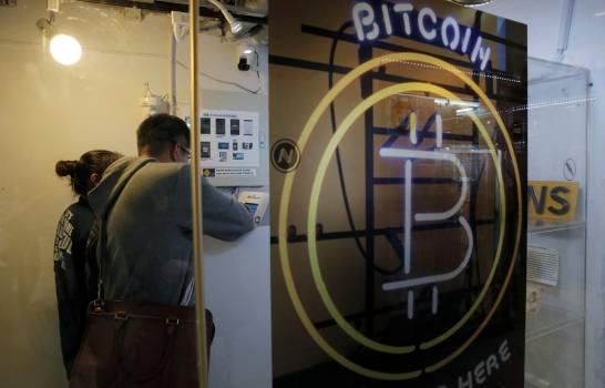 #Criptomonedas    La cotización del bitcóin superó este miércoles los 35.000 dólares (casi 28.400 euros) por primera vez, continuando en 2021 su ascenso fulgurante, aunque analistas pronostican una moderación en la evolución de esta criptomoneda.  Más en