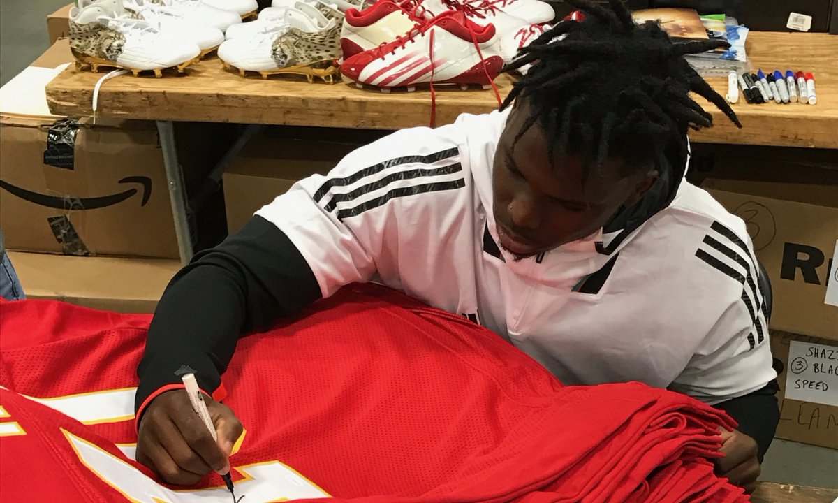 If Tyreek Hill scores 2+ touchdowns today, we'll give a Tyreek Hill autographed jersey to someone who retweets this tweet AND follows us!