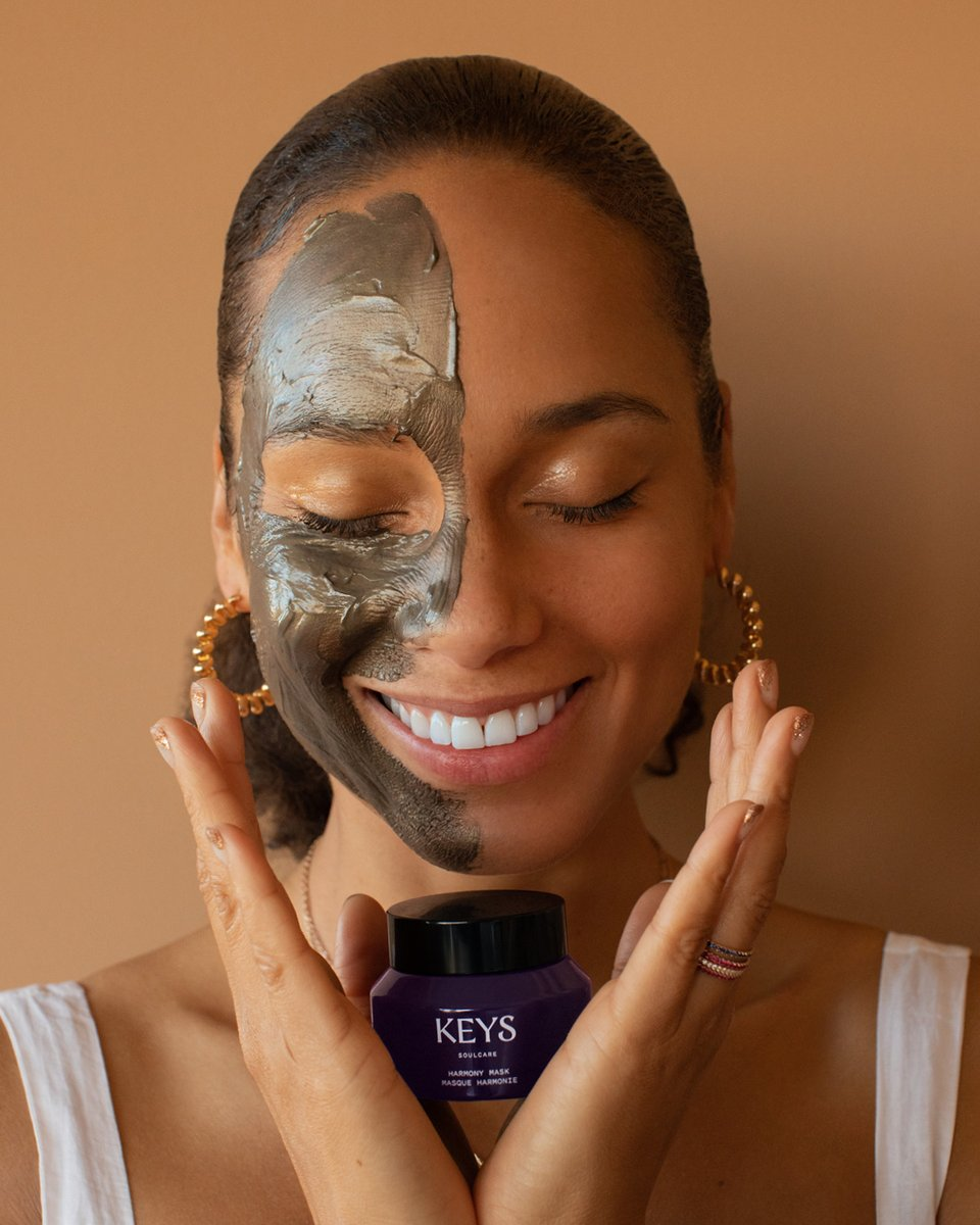 RT if you love a face mask moment🍯 🖤⭐️  Meet Harmony 👋🏽 The powers of gold foil and charcoal are harmoniously blended with nourishing manuka honey to create this ultimate skin treat.  Available now at  + .