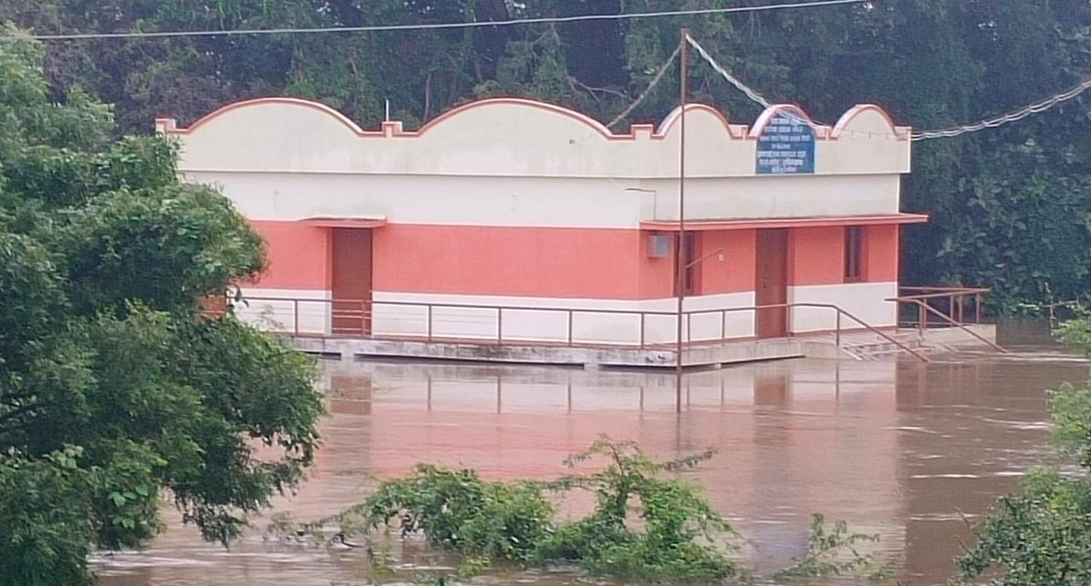 The premises of #Urn burial information centre located opposite to #Adichanallur archaeological site submerged in #Thamirabarani #flood waters. The antiquities are reportedly safe as water has not entered into the building which stands 15 ft high from ground#Thoothukudi @xpresstn