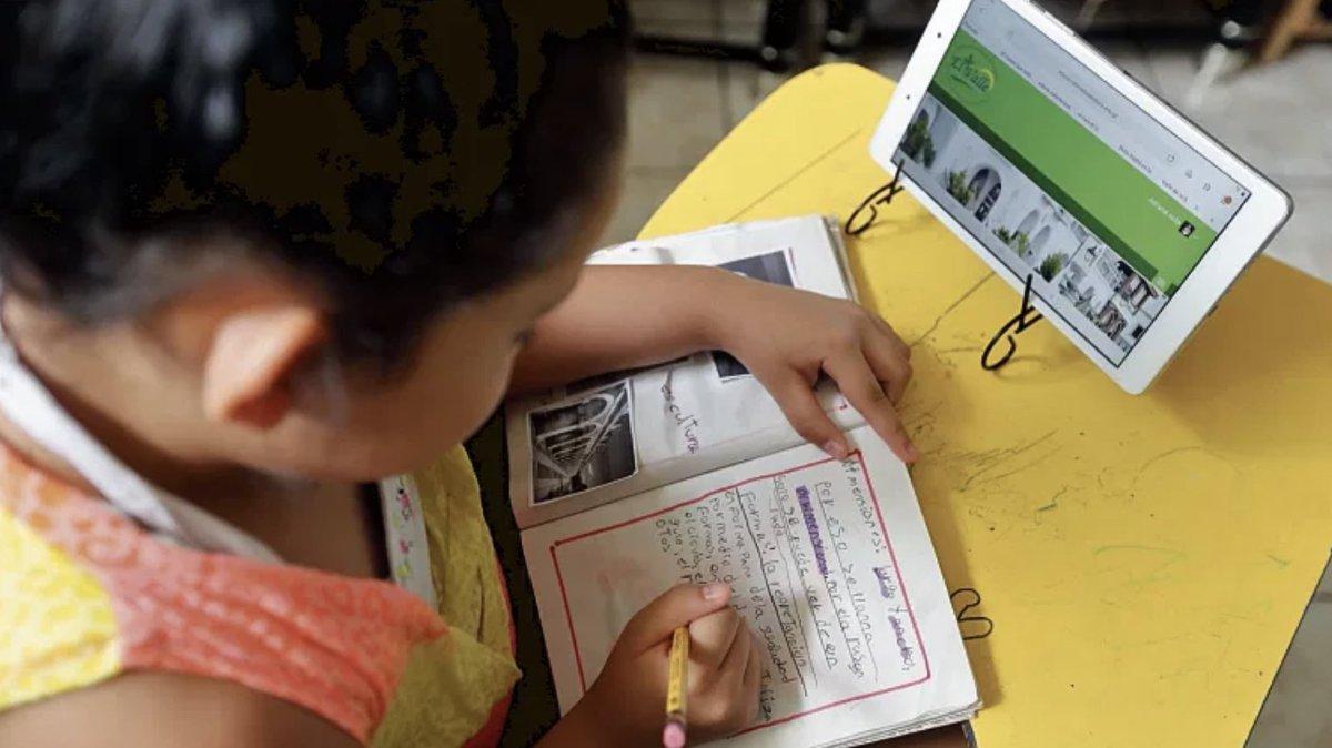 #Guatemala 🇬🇹   Cerrar la brecha digital en el Sistema Educativo es necesario para que los estudiantes alcancen las competencias del Siglo 21, pero no solo se trata de proporcionales la tecnología y la conectividad.  📌Más info en