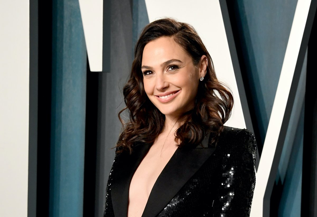 A Gal Gadot spy thriller? yes please!!   💥   👊   💥   👊   💥   👊  Gadot will star in HEART OF STONE, an international espionage thriller written by THE OLD GUARD's Greg Rucka and directed by Tom Harper.  (📸 Getty)