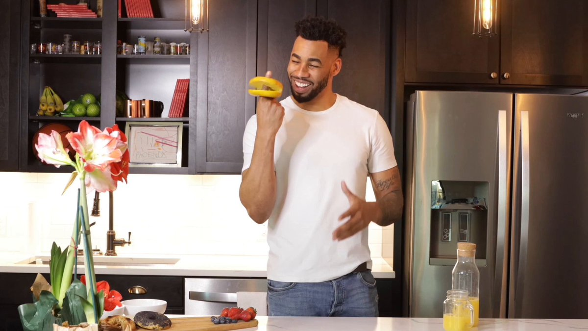 Watching this on repeat is definitely an appropriate way to celebrate #NationalBagelDay and don't you dare tell me otherwise.   Check out my new digital show, #ThatLooksGood with @MikeJohnson1_!