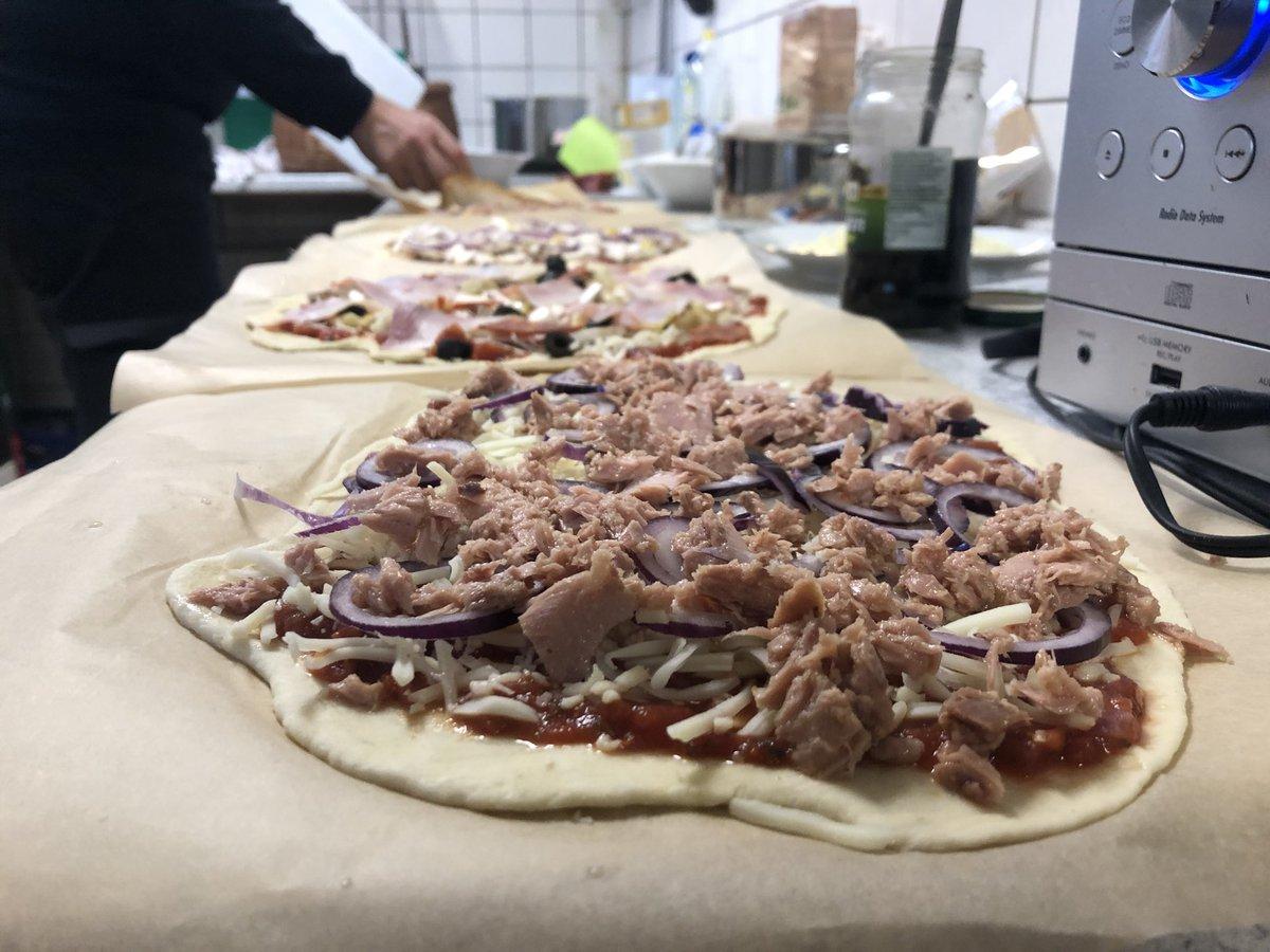 """Doch wir können nicht nur testen! Bei unserem Teststandort in #Osdorf hieß es jeden Tag: """"Ohne Mampf keinen Kampf"""". Jeden Tag frische Küche und kein Convenience! Norbert und Sören begeisterten das Team heute mit #Pizza - ein absolutes Highlight! #yummymummy"""