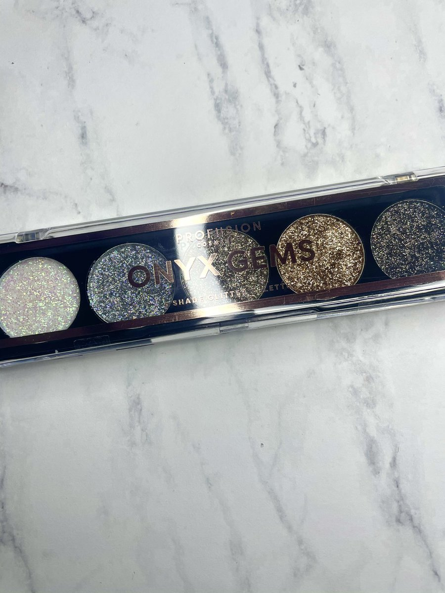 Hello Friday!🥳Get my glitter on just to sit around at home.😅✨Shown: Onyx Gems glitter palette @ProfusionCo 🤩 #makeup #eyeshadowpalette #makeupphotography #makeuptalk #makeupflatlay #glittereyeshadow #crueltyfreemakeup #cheapmakeup #discoverunder1k #profusioncosmetics