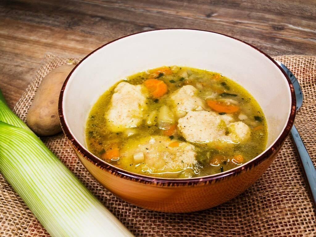 Hier kommt unsere Grießnockerl-Gemüse-Suppe ☺️ Die Dinkel-Grießnockerl sind etwas fest aber geschmacklich ist es sehr lecker geworden 😋  #grießnockerlsuppe #gemüsesuppe #twitch #twitchstreamer #gemüse #healthyfood #suppenzeit #suppenliebe #nockerl #g…