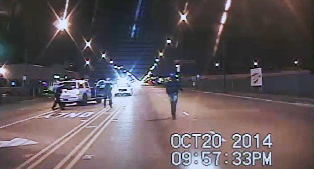 """Laquan McDonald, un noi negre de 17 anys, va ser abatut a trets el 2014 per un agent de la policia de Chicago.    """"16 trets"""" n'analitza els fets, l'intent d'encobriment i el desenvolupament del procés judicial.   📆Dimarts, a @tv3cat   🔗👉"""