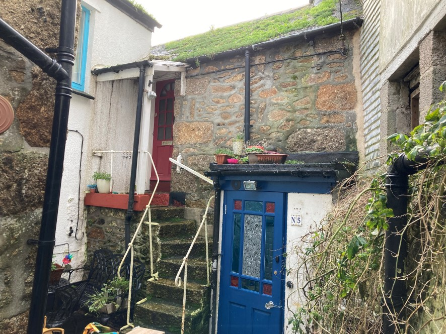 Take a virtual tour around this quirky #cottage in #Mousehole, #Cornwall with auctioneer Adam Cook. It's minutes from the iconic harbour in this #Cornish #village and needs #renovating. Up for #auction with @AuctionhouseDC ONE MONTH today (18/2)