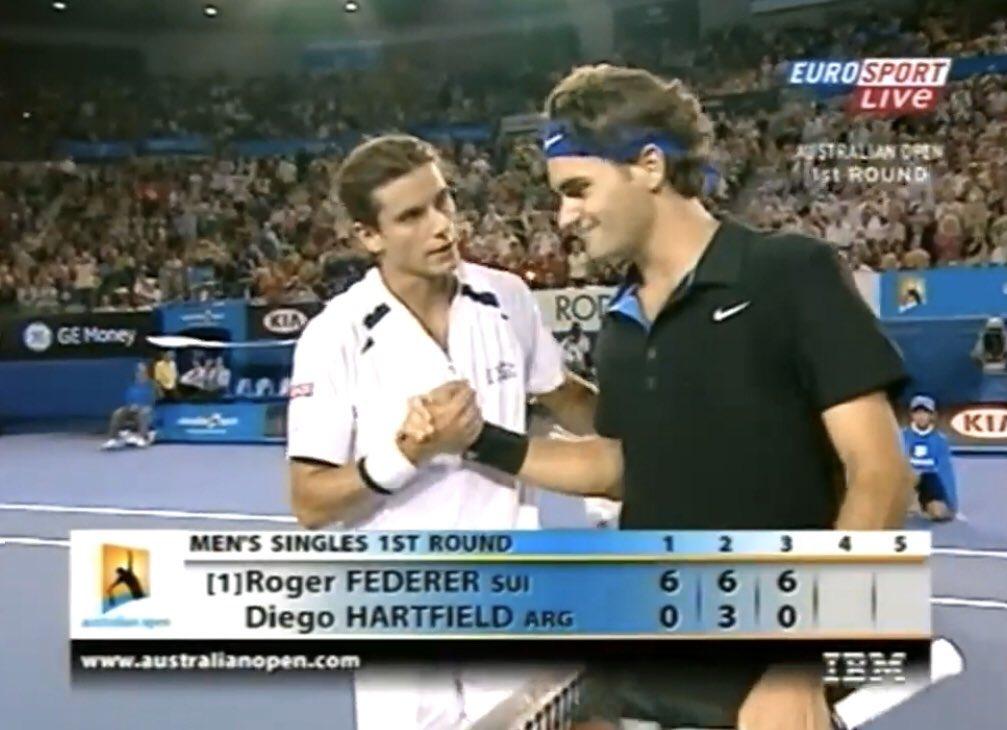 📆 Tal día como hoy, hace 13 años, Roger Federer 🇨🇭 iniciaba una nueva andadura en el Australian Open con un contundente 6-0, 6-3 y 6-0 ante Diego Hartfield 🇦🇷 en 80 minutos.  El tenista de Basilea había aterrizado en Melbourne sin disputar ningún torneo previo de preparación.