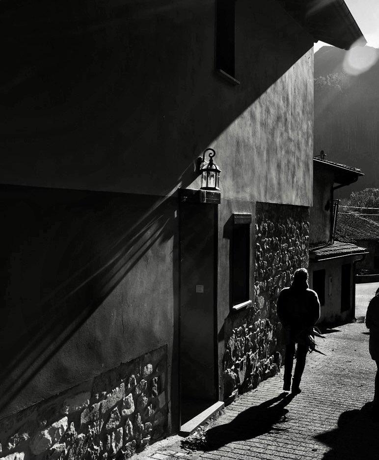 Ábrete a la luz...🤍🖤✨ Open up to the light...🤍🖤✨ #Igers_gijon #igerstierrina  #igersspain #igers #fujifilm #fujixh1 #esfujifilmX #fujiXseries #esfujifilmxseries  #fujistas #fujiadictos #bnwcaptures #rebel_bnw #capturabnw #world_bnw #spicollective #streetphotography