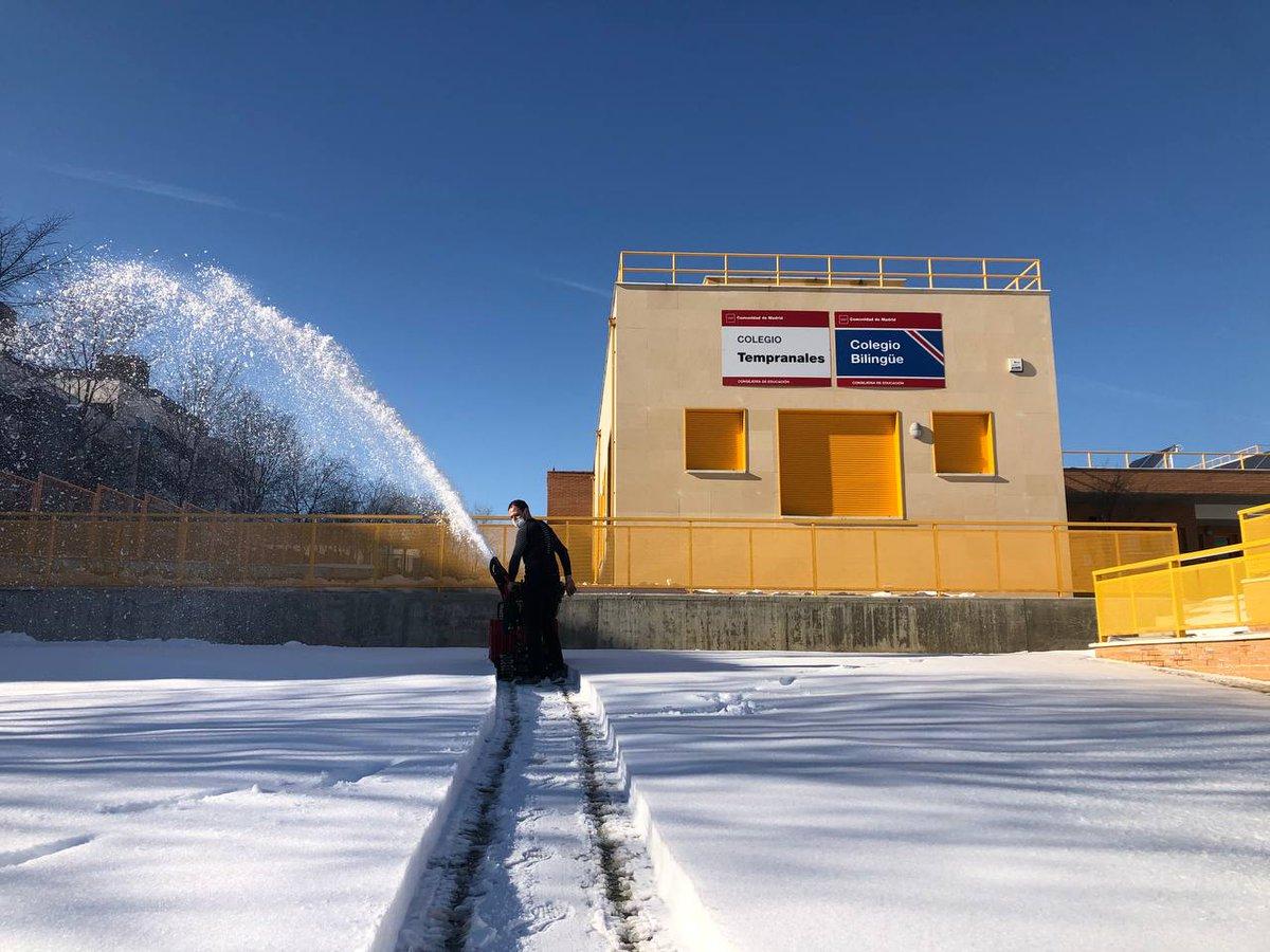 👏🏻👏🏻👏🏻 Y también el cole #Tempranales.  Seguiremos este fin de semana liberando de hielo y nieve los centros educativos de #SanSe.  📲 https://t.co/nc24HlGd1E