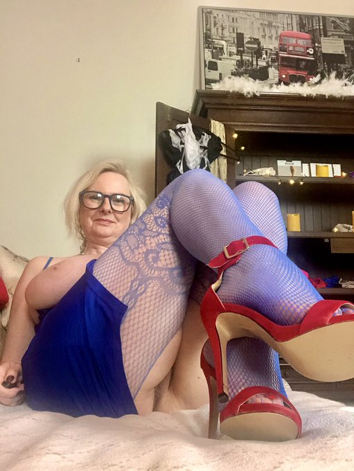 your welcome to join me at 20.15 for a paid show on https://t.co/pgfvKNbJRf ... nylons .... heels ..