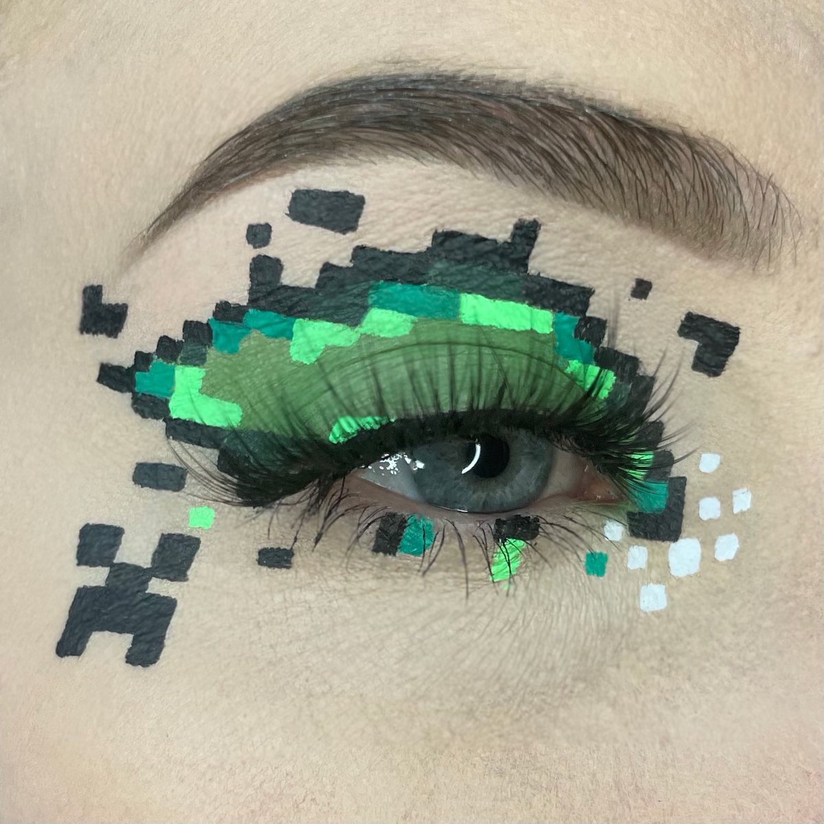 Had to do a Minecraft moment too 🥰💚 Using @SuvaBeauty hydra liners 💚 #makeup #makeupartist #minecraft #pixelart #eyelook #like #rt #support