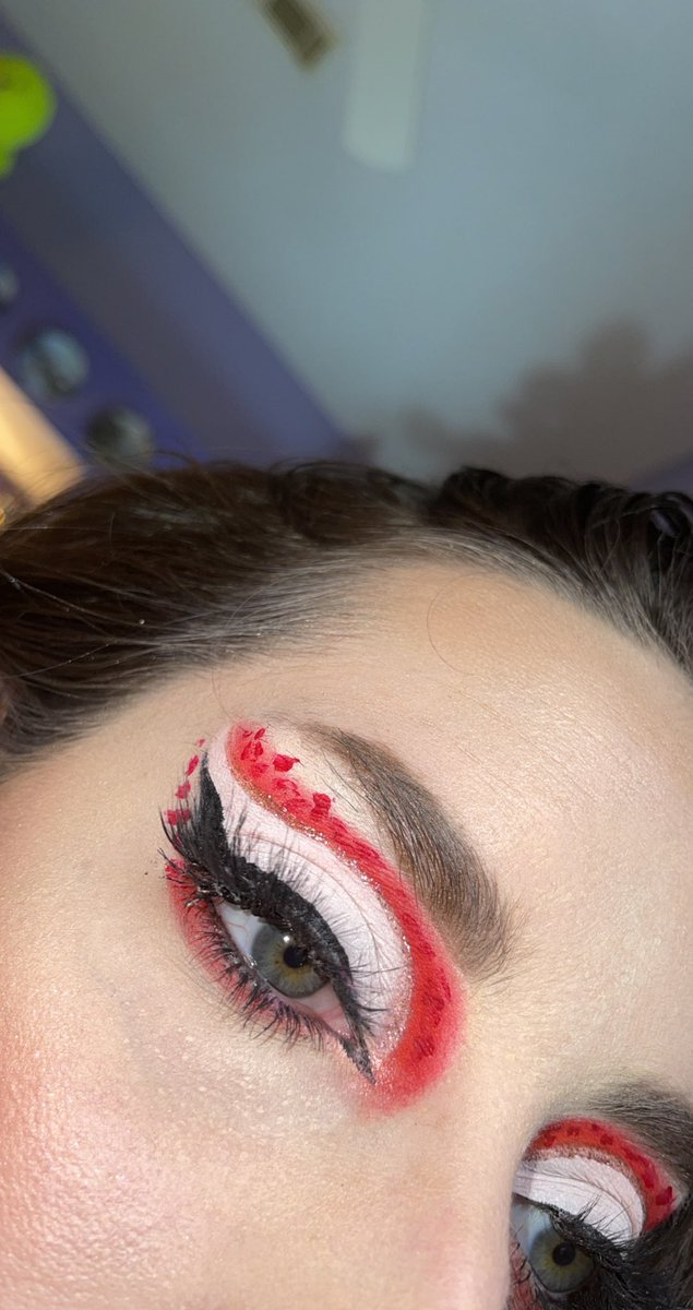 A blood splatter moment inspired by @/sydneynicoleaddams on IG. #makeup #makeupinspo #bloodsplatter #Dexter #halloween #glamoween