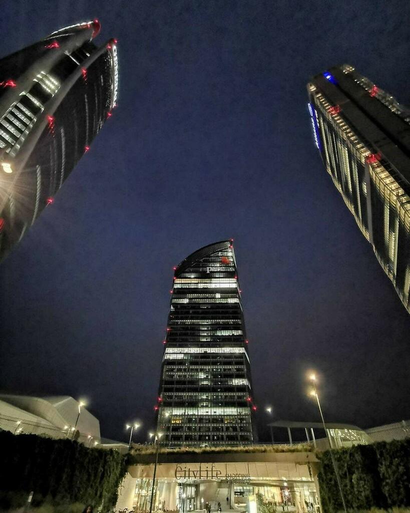 @simo_inter4489 Fᴿɪᴅᴀʏ ɴɪɢʜᴛ 🌃✨ #fridaynight #citylifemilano #citylifeshoppingdistrict #bigcitylife #tower #skyscraper #future #design #night #friday #fridaymood #tretorrimilano #citylife #serate #freddo #improvviso #photography #scatti #tretorri…