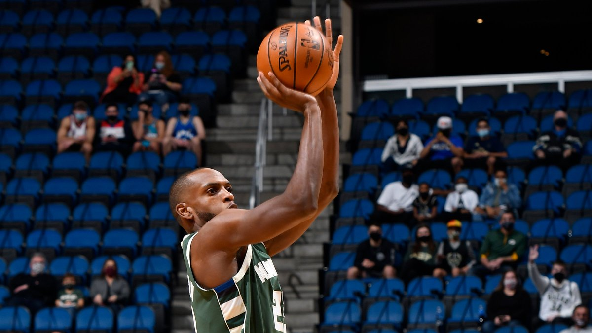 Khris Middleton's shooting splits, last 2 seasons:  ▪️ 2019-20: 49.7 FG%, 41.5 3P%, 91.6 FT% ▪️ 2020-21: 54.4 FG%, 47.1 3P%, 93.9 FT%  The Bucks face DAL at 7:30pm/et on ESPN