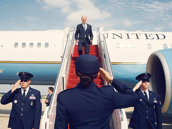 Uma curiosidade: o avião presidencial americano só é chamado de Air Force One (Força Aérea Um) quando o presidente está a bordo.   Isso vale para qualquer avião, inclusive.   Se o presidente americano embarcar num avião teco-teco da força aérea, ele será chamado de Air Force One.